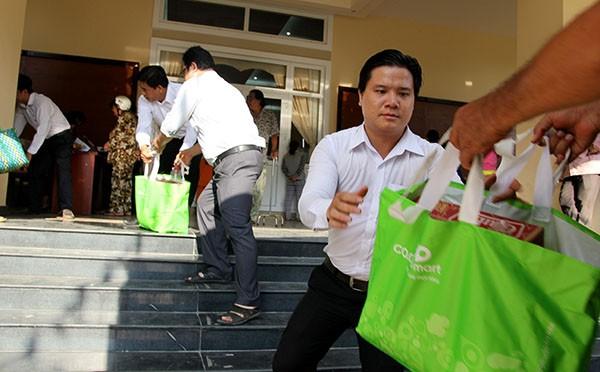 Báo Pháp Luật TP.HCM trao 200 phần quà cho người nghèo Nhà Bè - ảnh 2