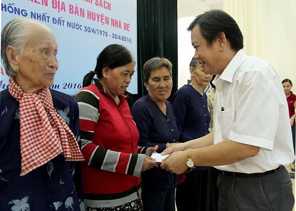 Báo Pháp Luật TP.HCM trao 200 phần quà cho người nghèo Nhà Bè - ảnh 1