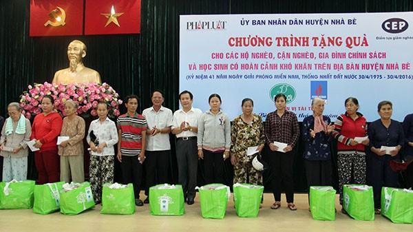 Báo Pháp Luật TP.HCM trao 200 phần quà cho người nghèo Nhà Bè - ảnh 10
