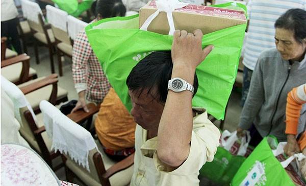 Báo Pháp Luật TP.HCM trao 200 phần quà cho người nghèo Nhà Bè - ảnh 12