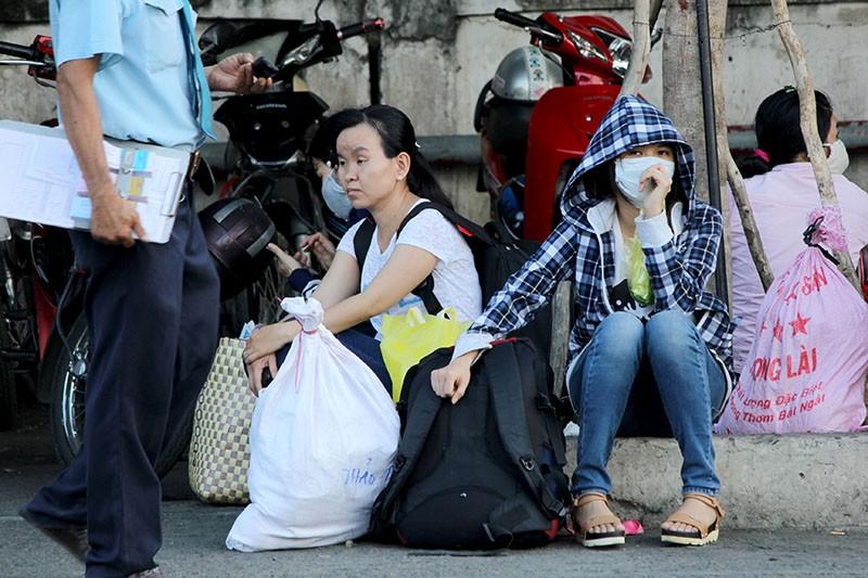 Người dân miền Tây lỉnh kỉnh đồ đạc trở lại TP.HCM sau lễ - ảnh 17