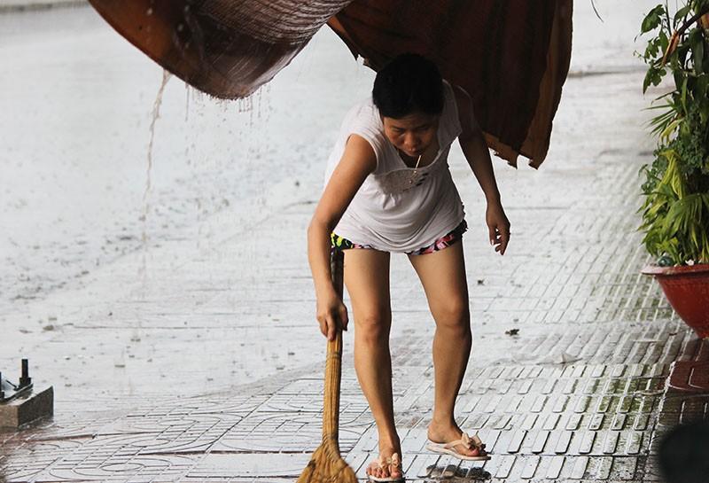 Cơn mưa 'vàng' thứ hai giải nhiệt cho Sài Gòn - ảnh 2
