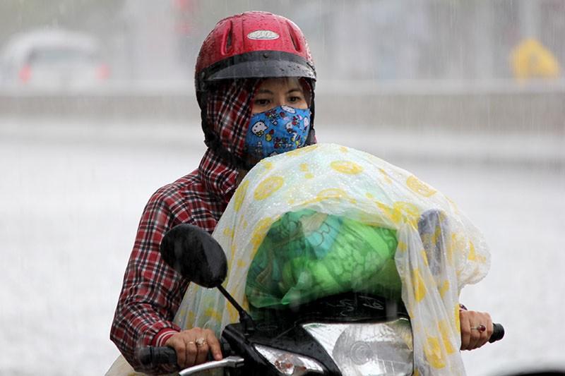 Cơn mưa 'vàng' thứ hai giải nhiệt cho Sài Gòn - ảnh 4
