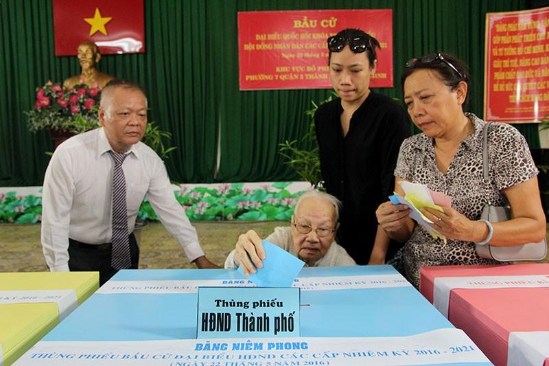 Chùm ảnh: Bí thư Đinh La Thăng đi bầu cử từ sáng sớm - ảnh 12