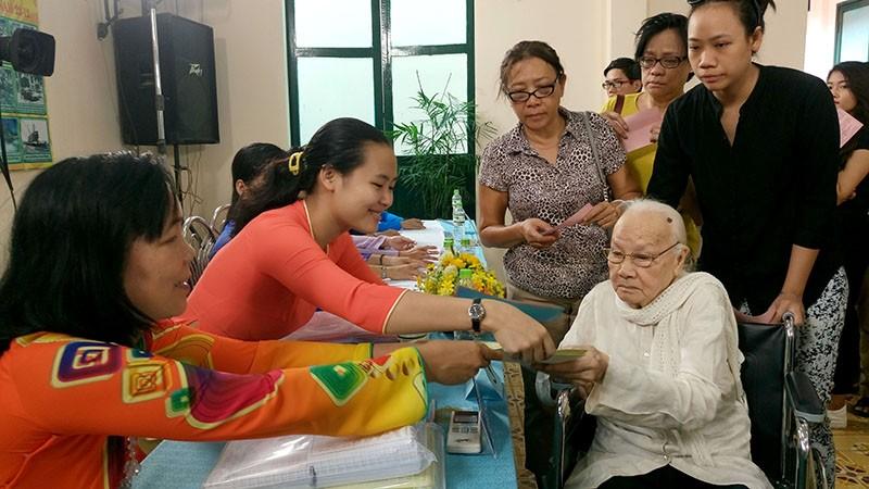 Chùm ảnh: Bí thư Đinh La Thăng đi bầu cử từ sáng sớm - ảnh 11