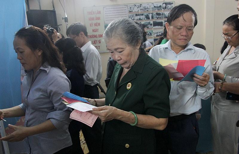 Chùm ảnh: Bí thư Đinh La Thăng đi bầu cử từ sáng sớm - ảnh 9