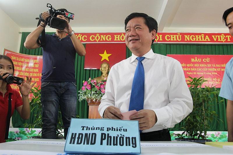 Chùm ảnh: Bí thư Đinh La Thăng đi bầu cử từ sáng sớm - ảnh 7