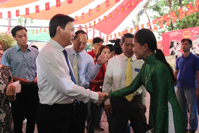 Chùm ảnh: Bí thư Đinh La Thăng đi bầu cử từ sáng sớm - ảnh 1