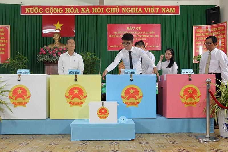 Chùm ảnh: Bí thư Đinh La Thăng đi bầu cử từ sáng sớm - ảnh 3