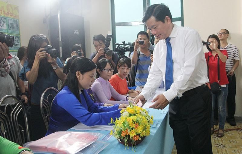 Chùm ảnh: Bí thư Đinh La Thăng đi bầu cử từ sáng sớm - ảnh 4