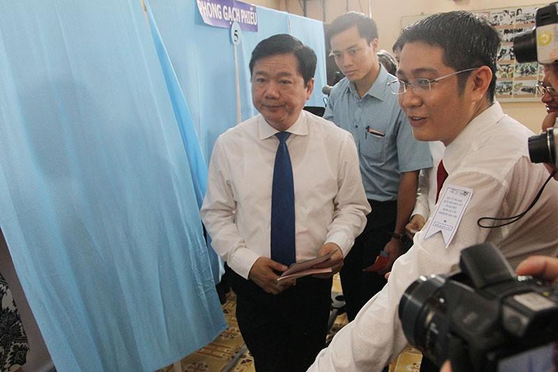 Chùm ảnh: Bí thư Đinh La Thăng đi bầu cử từ sáng sớm - ảnh 6