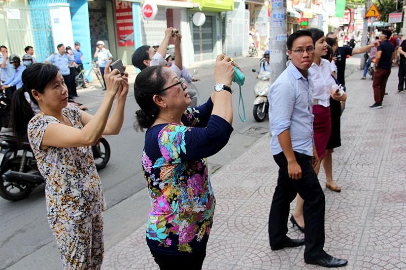 Người Sài Gòn đổ xô đi 'xem mặt' Tổng thống Obama - ảnh 11