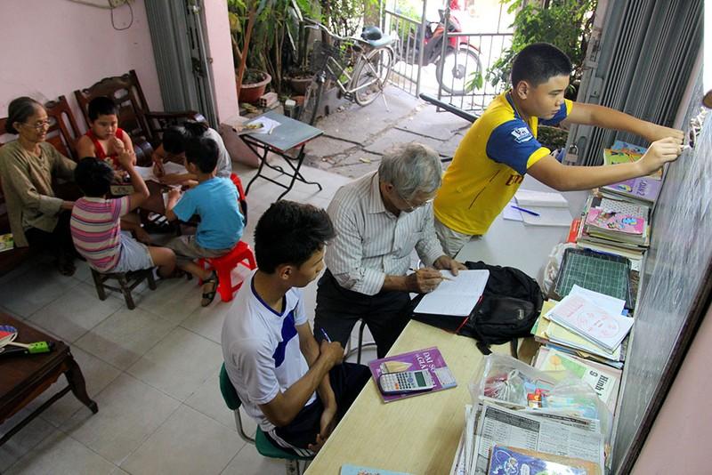 Vợ chồng giáo viên hơn 20 năm dạy miễn phí cho học sinh nghèo - ảnh 1