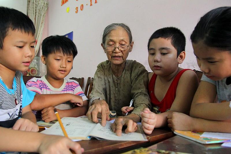Vợ chồng giáo viên hơn 20 năm dạy miễn phí cho học sinh nghèo - ảnh 2
