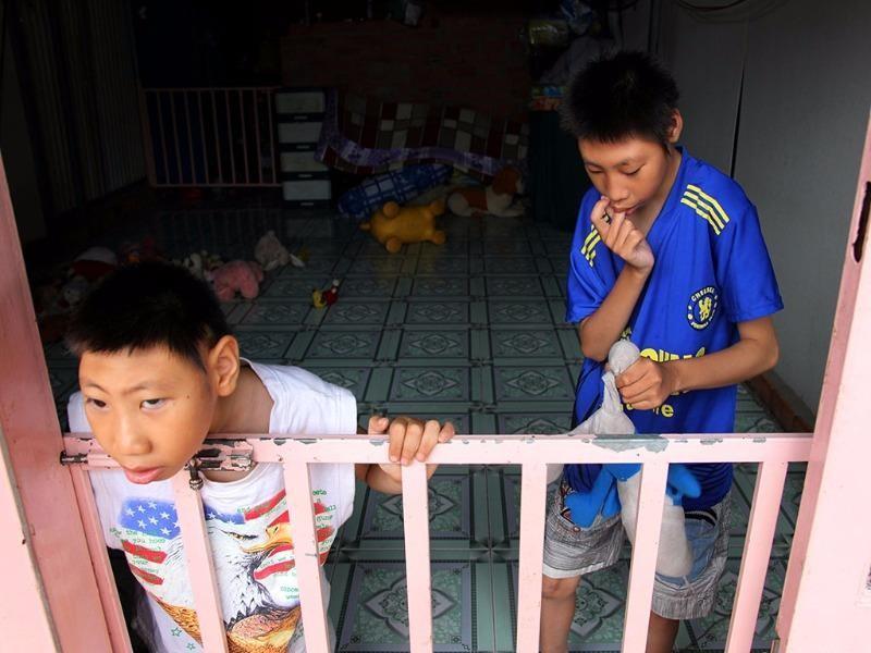 Bé Hữu Tùng 9 tuổi (bên trái), và anh trai Hữu Toàn (12 tuổi)