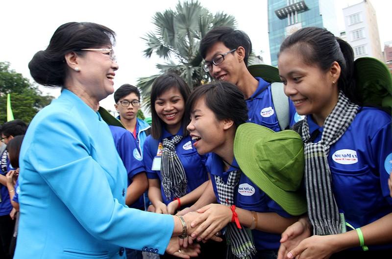 Bà Nguyễn Thị Quyết Tâm động viên chiến sĩ Mùa hè xanh 2016 - ảnh 1