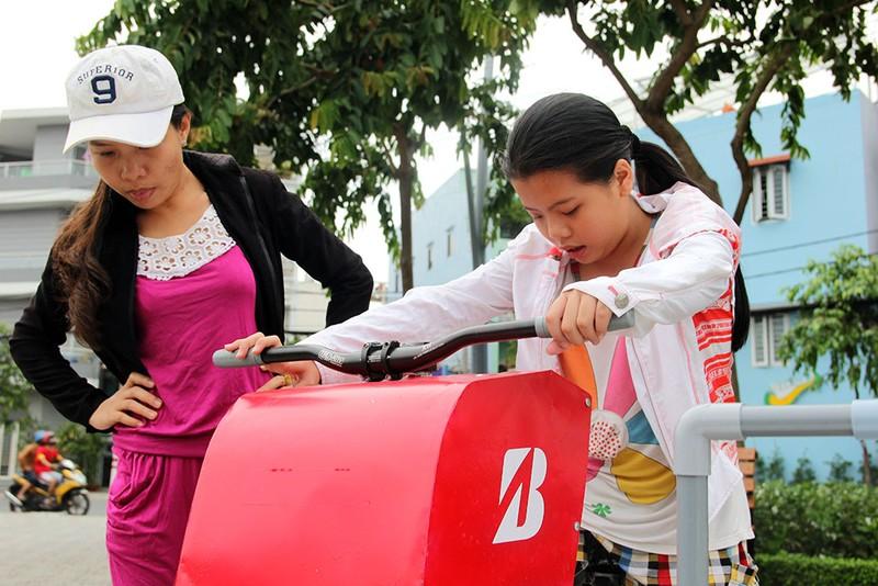 TP.HCM: Già trẻ kéo nhau đi đạp xe lọc nước kênh Nhiêu Lộc - ảnh 10