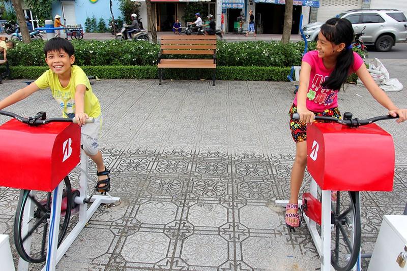 TP.HCM: Già trẻ kéo nhau đi đạp xe lọc nước kênh Nhiêu Lộc - ảnh 3