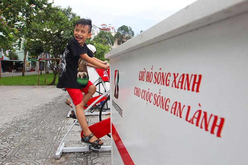 TP.HCM: Già trẻ kéo nhau đi đạp xe lọc nước kênh Nhiêu Lộc - ảnh 4