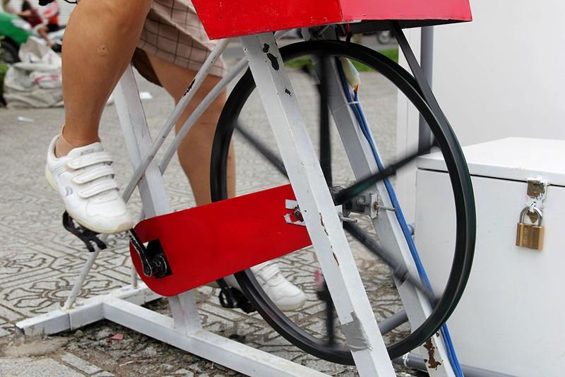 TP.HCM: Già trẻ kéo nhau đi đạp xe lọc nước kênh Nhiêu Lộc - ảnh 5