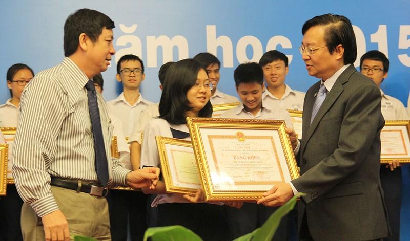 Ông Lê Hồng Sơn - Giám đốc Sở Giáo dục và Đào tạo TP.HCM  (bìa phải) trao bằng khen cho học sinh giỏi tiêu biểu năm học 2015-2016.