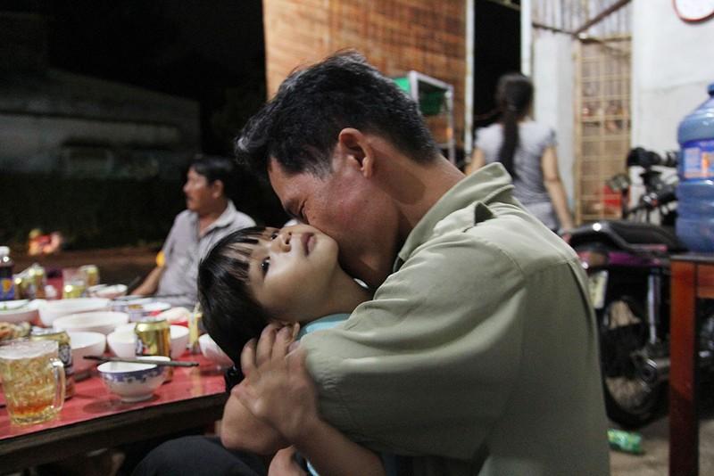 Anh Vũ Đình Khiên và con ruột Ngọc Yến từ khi nhận ra nhau đã quấn quýt không rời. Ảnh: HOÀNG GIANG