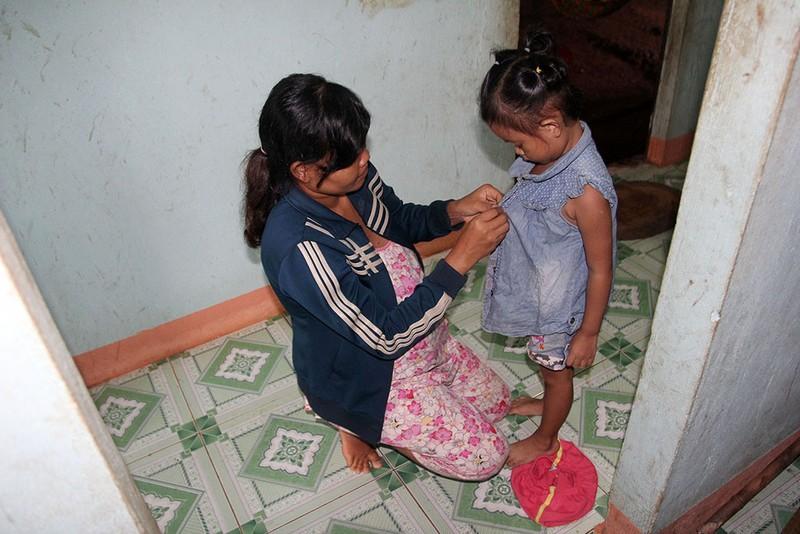 Bé Lan Anh được mẹ Thị Liền (xã Phước An, huyện Hớn Quản) thay đồ mới để về thăm cha mẹ nuôi. Ảnh: HOÀNG GIANG