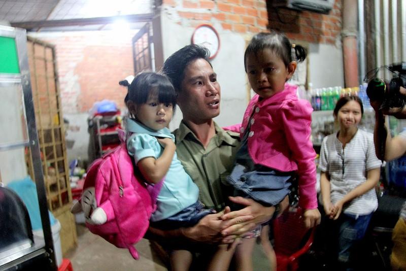 Ba cha con anh Vũ Đình Khiên không kìm được nước mắt trong lúc phải chia tay con gái nuôi Lan Anh. Ảnh: HOÀNG GIANG