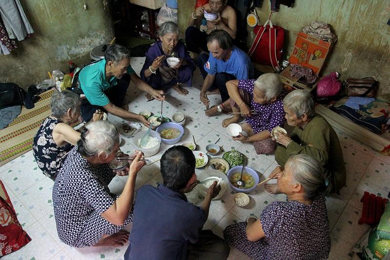 """Bữa cơm chung của """"đại gia đình"""" trước giờ đi bán vé số. Ảnh: HOÀNG GIANG"""