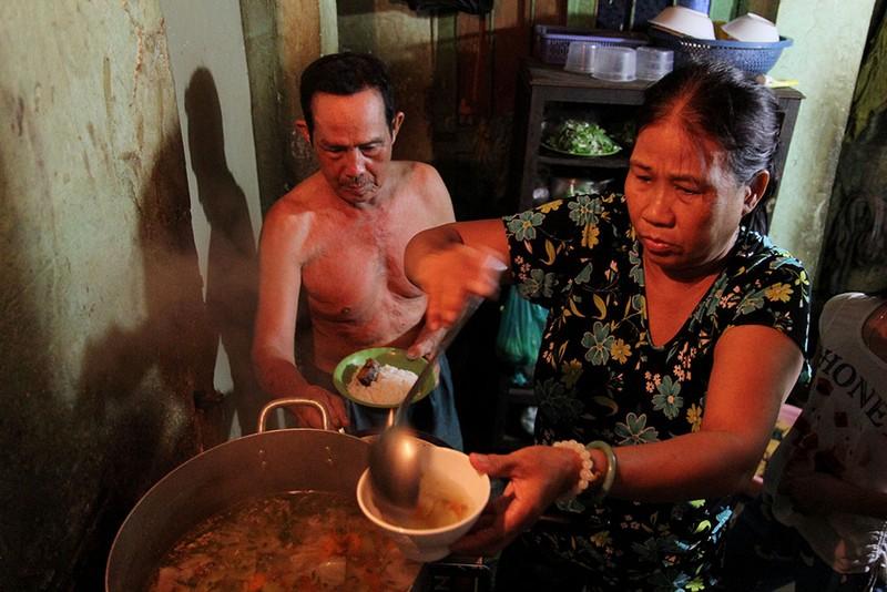 Cuộc sống của 'Đại gia đình' 37 người bán vé số ở Sài Gòn  - ảnh 15