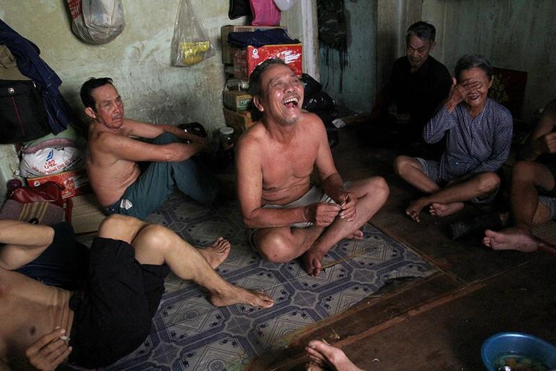 Cuộc sống của 'Đại gia đình' 37 người bán vé số ở Sài Gòn  - ảnh 18