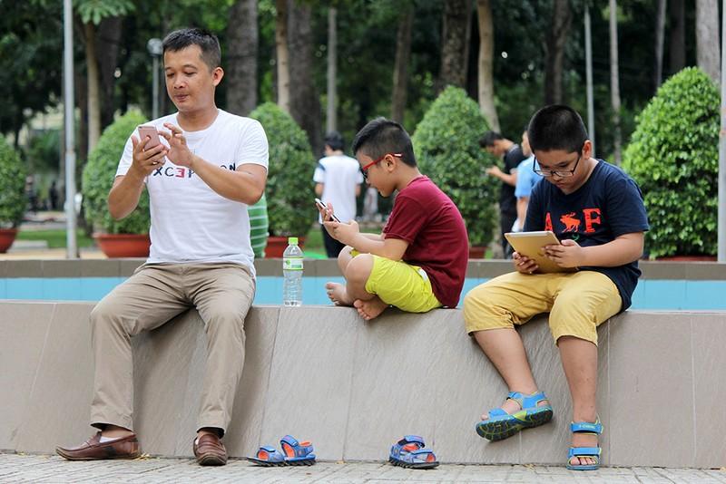 Muôn kiểu bắt Pokemon của người trẻ trong Công viên Tao Đàn - ảnh 18