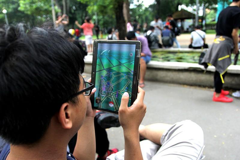 Muôn kiểu bắt Pokemon của người trẻ trong Công viên Tao Đàn - ảnh 7