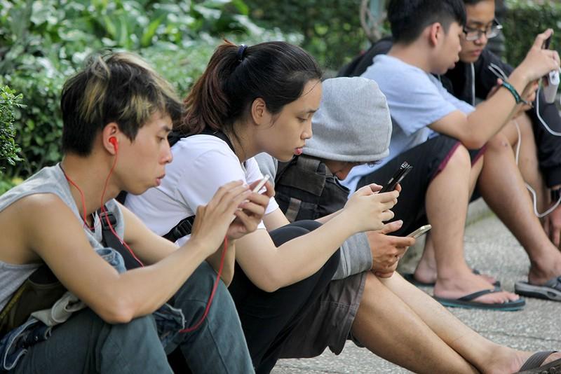 Muôn kiểu bắt Pokemon của người trẻ trong Công viên Tao Đàn - ảnh 11