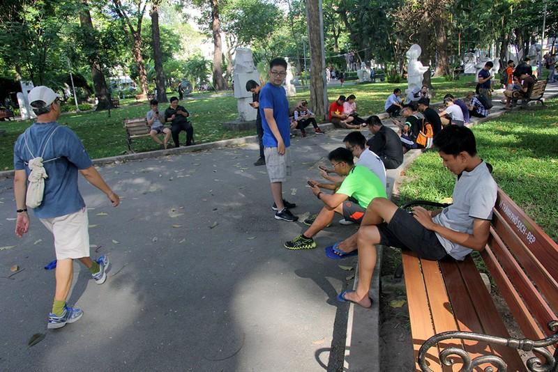 Muôn kiểu bắt Pokemon của người trẻ trong Công viên Tao Đàn - ảnh 13