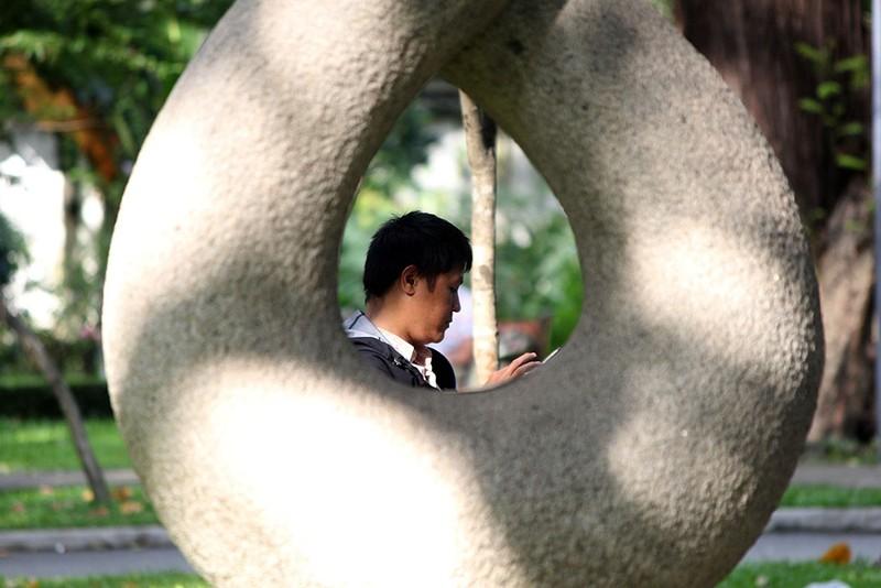 Muôn kiểu bắt Pokemon của người trẻ trong Công viên Tao Đàn - ảnh 15