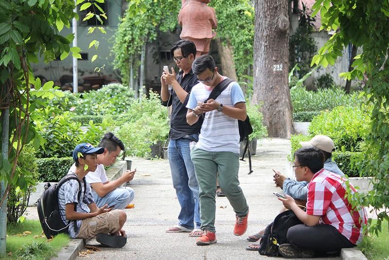 Muôn kiểu bắt Pokemon của người trẻ trong Công viên Tao Đàn - ảnh 8