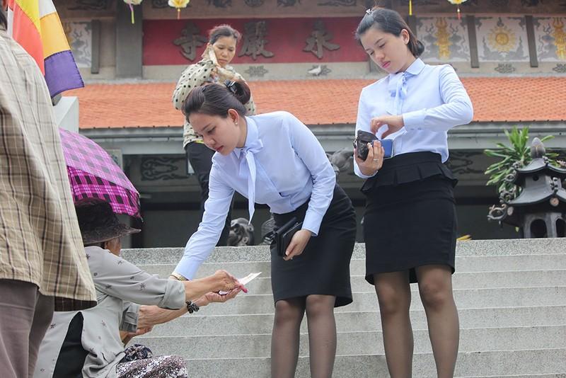 """Già trẻ """"đội nắng"""" lên chùa trong ngày lễ Vu lan - ảnh 12"""