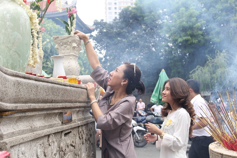 """Già trẻ """"đội nắng"""" lên chùa trong ngày lễ Vu lan - ảnh 14"""