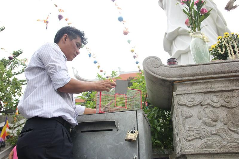 """Già trẻ """"đội nắng"""" lên chùa trong ngày lễ Vu lan - ảnh 16"""