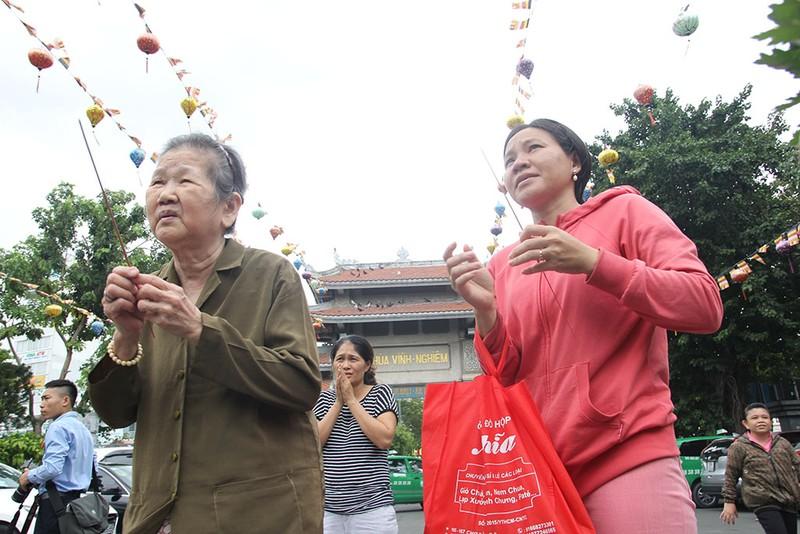 """Già trẻ """"đội nắng"""" lên chùa trong ngày lễ Vu lan - ảnh 2"""