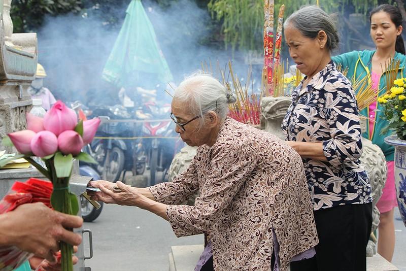 """Già trẻ """"đội nắng"""" lên chùa trong ngày lễ Vu lan - ảnh 7"""