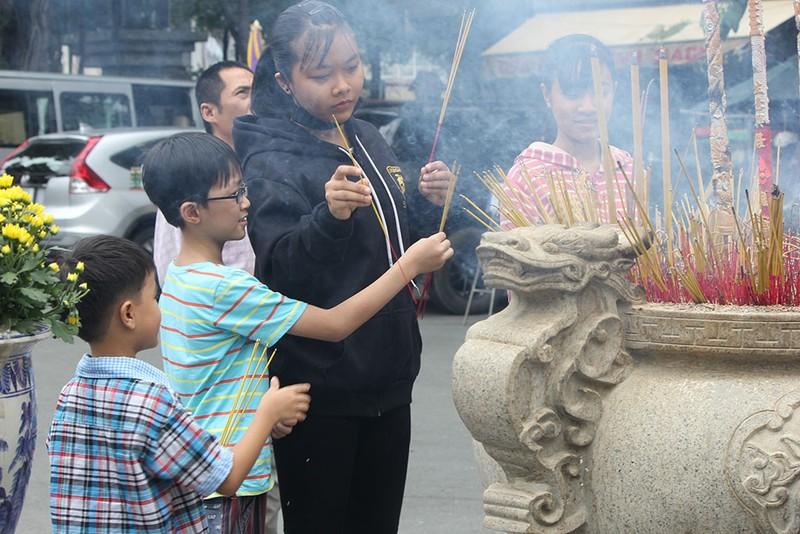 """Già trẻ """"đội nắng"""" lên chùa trong ngày lễ Vu lan - ảnh 8"""