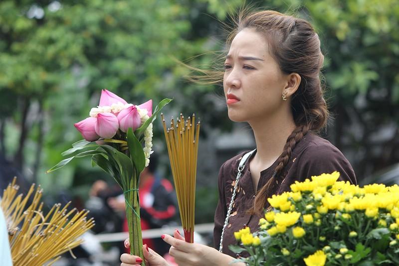 """Già trẻ """"đội nắng"""" lên chùa trong ngày lễ Vu lan - ảnh 9"""