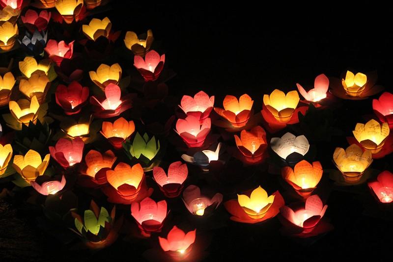 Hàng ngàn hoa đăng rực sáng sông Sài Gòn trong ngày Vu lan - ảnh 12
