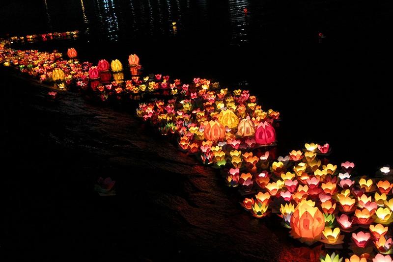 Hàng ngàn hoa đăng rực sáng sông Sài Gòn trong ngày Vu lan - ảnh 11