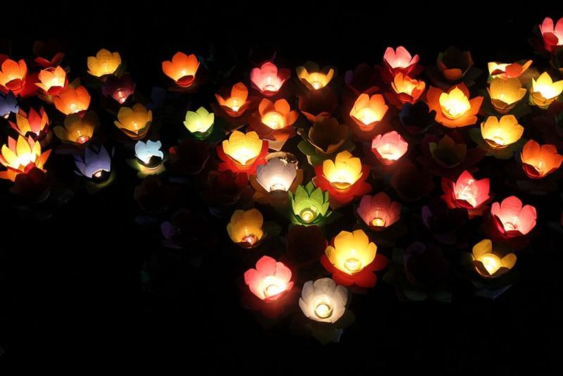 Hàng ngàn hoa đăng rực sáng sông Sài Gòn trong ngày Vu lan - ảnh 14