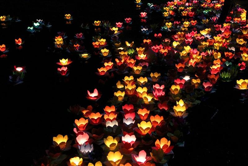 Hàng ngàn hoa đăng rực sáng sông Sài Gòn trong ngày Vu lan - ảnh 15