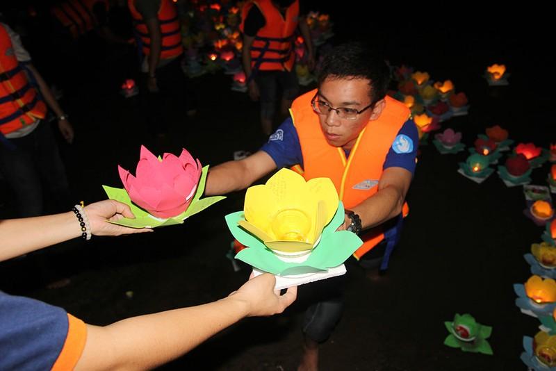 Hàng ngàn hoa đăng rực sáng sông Sài Gòn trong ngày Vu lan - ảnh 10
