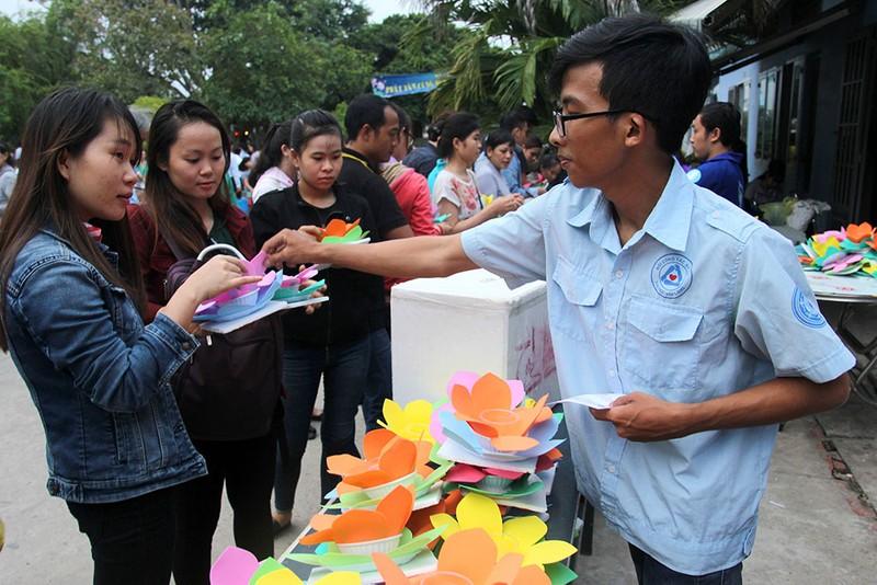 Hàng ngàn hoa đăng rực sáng sông Sài Gòn trong ngày Vu lan - ảnh 1